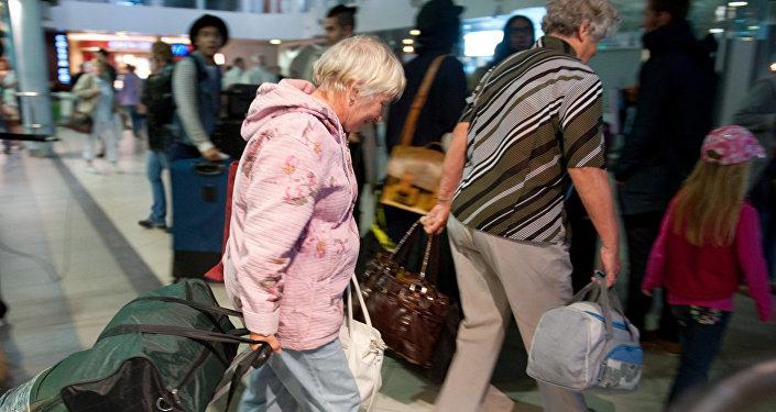 Архивное фото туристов в аэропорту