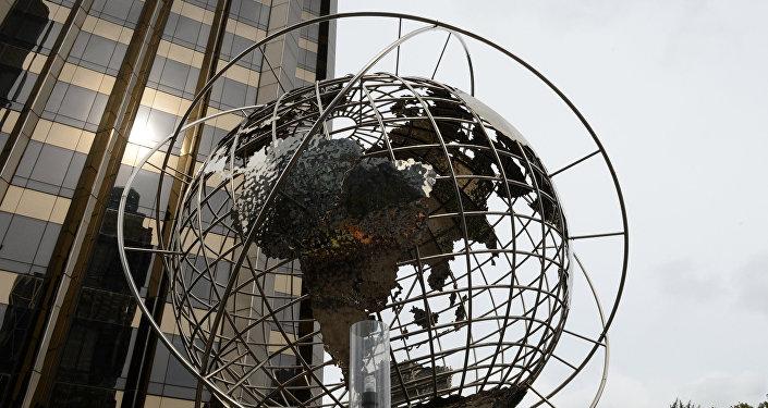Архивное фото скульптуры глобуса на площади Коламбус-серкл в Нью-Йорке, где на дальнем плане видны международная гостиница и башня Трампа