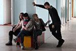 Архивное фото старшеклассников во время перемены в школе