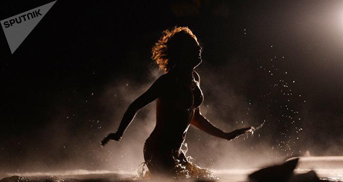 Девушка во время купания в холодной воде, архивное фото