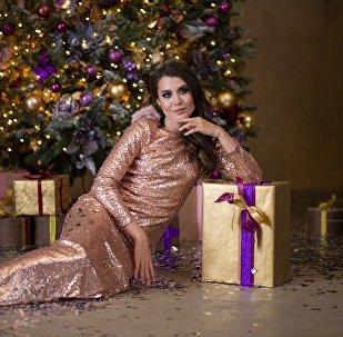 Девушка у Новогодней елки, иллюстративное фото