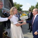 Президент России Владимир Путин дарит цветы министру иностранных дел Австрии Карин Кнайсль на ее свадьбе с финансистом Вольфгангом Майлингером