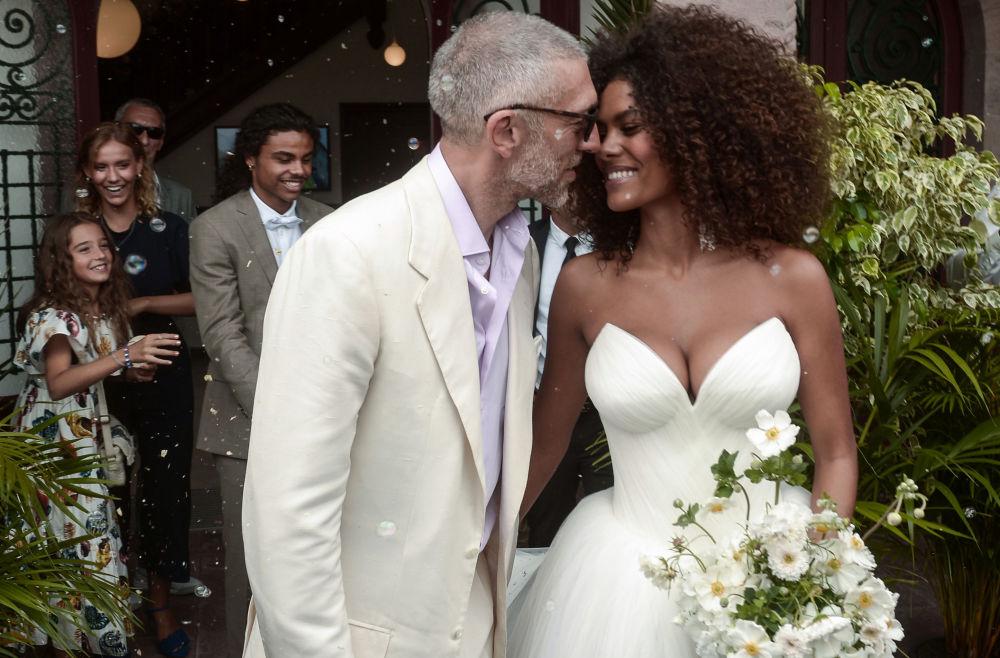 Французский актер Венсан Кассель и французская модель Тина Кунаки на свадебной церемонии Бидарте, Франция