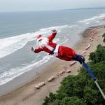 Бали аралында Санта-Клаус костюмін киген ер адам.
