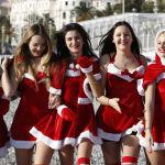 Францияда рождество мерекесінде Санта болып киінген қыздар.