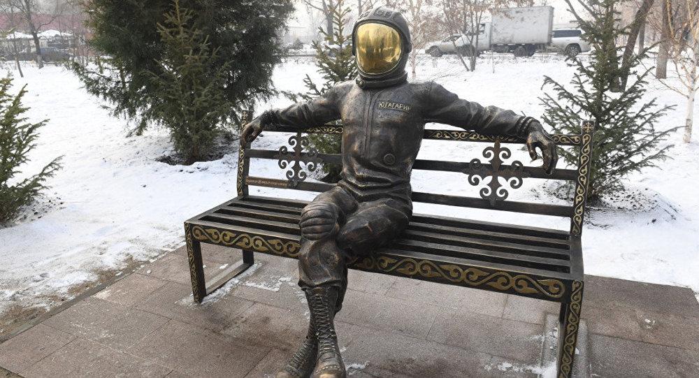 Инсталляция, изображающая космонавта Юрия Гагарина в скафандре, появилась в Алматы