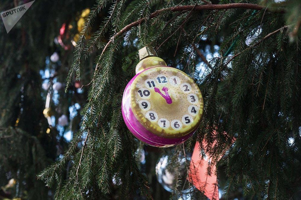 Елочная игрушка на Новогодней ёлке на Соборной площади Кремля в Москве