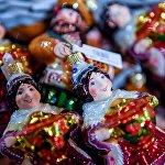 Елочные игрушки в торговом центре ГУМ в Москве