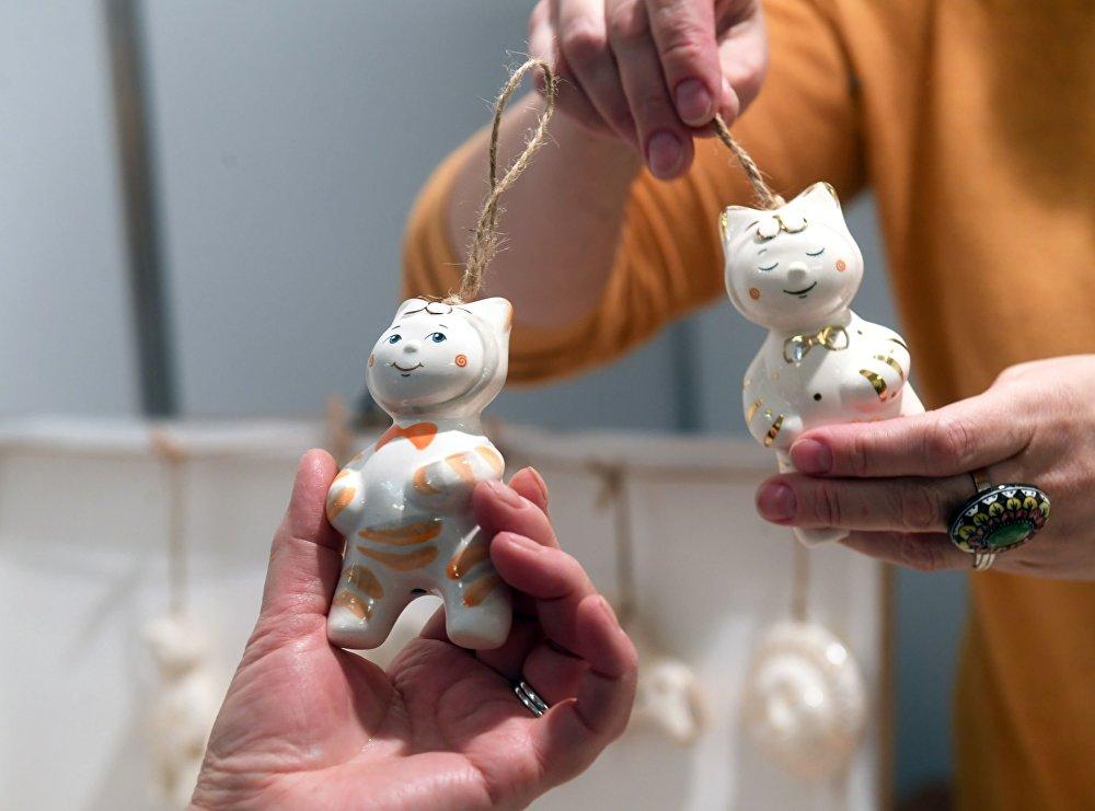 Стеклянные елочные игрушки на рождественской ярмарке подарков в Центральном доме художников в Москве