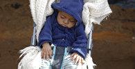 Ребенок дремлет в коляске, архивное фото