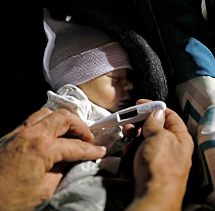 Ребенку измеряют температуру