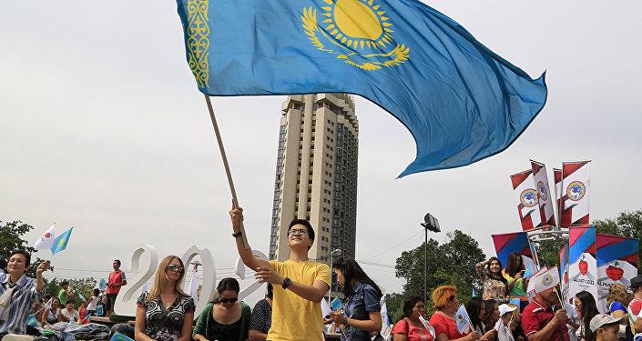 Архивное фото алматинцев с флагом Казахстана