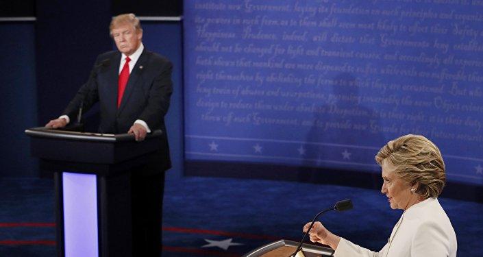 Хиллари Клинтон и Дональд Трамп в ходе дебатов