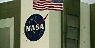 Логотип NASA  на здании исследовательского центра, архивное фото