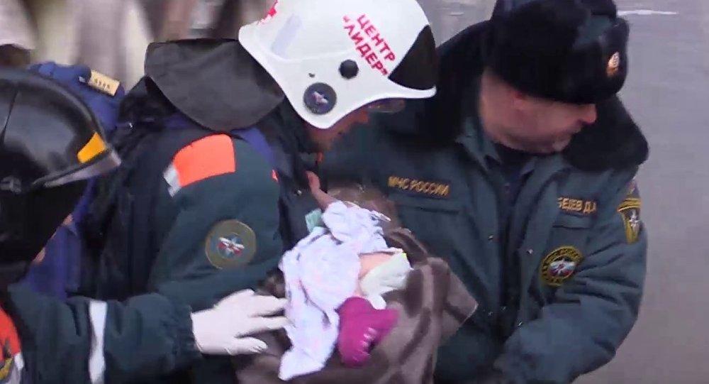 Спасение 11-месячной девочки из-под завалов в Магнитогорске