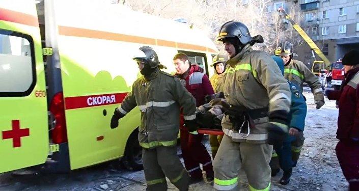 Сотрудники МЧС России на месте взрыва бытового газа в жилом доме в Магнитогорске