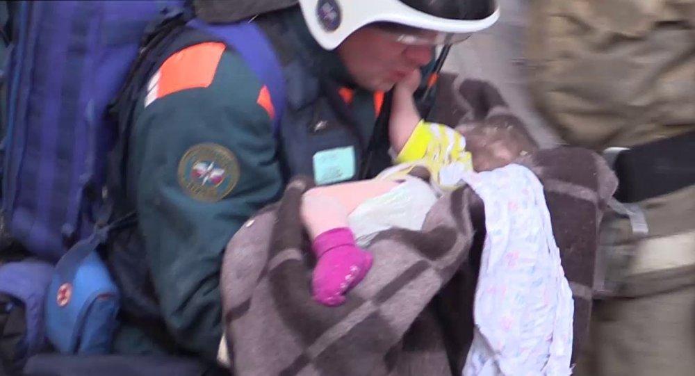 Спасение ребенка из-под завалов в Магнитогорске