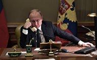Президент РФ Владимир Путин во время телефонного разговора, архивное фото
