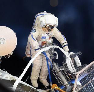 Российский космонавт во время выхода в открытый космос, архивное фото