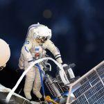 Российский космонавт во время выхода в открытый космос