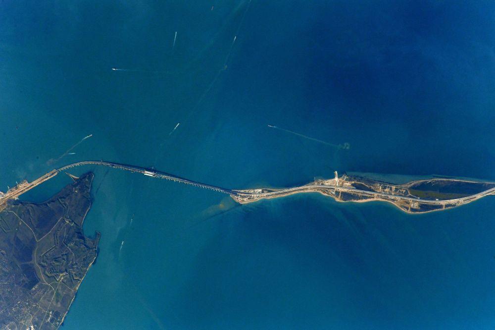 Снимок Крымского моста, сделанный с МКС российским космонавтом Антоном Шкаплеровым