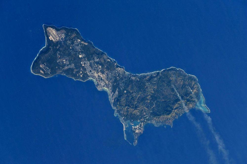 Снимок острова Гуам из космоса, сделанный российским космонавтом Антоном Шкаплеровым с борта МКС