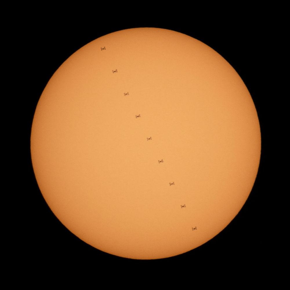 МКС пролетает Солнце