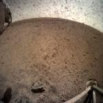 Первая фотография с главной камеры зонда InSight после снятия крышки