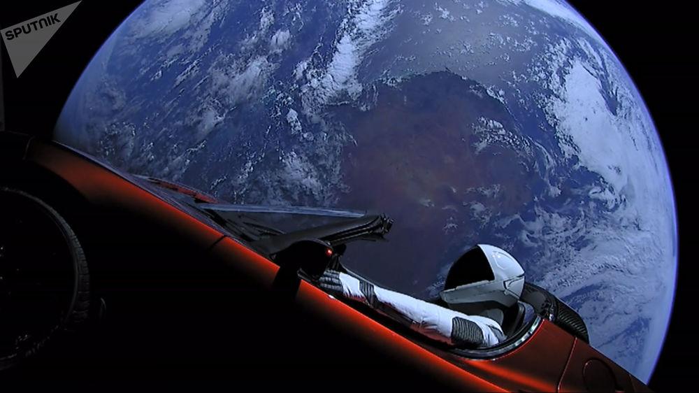 Кабриолет Tesla Roadster, выведенный на орбиту ракето-носителем Falcon Heavy американской компании SpaceX, с манекеном в скафандре за рулем в космическом пространстве