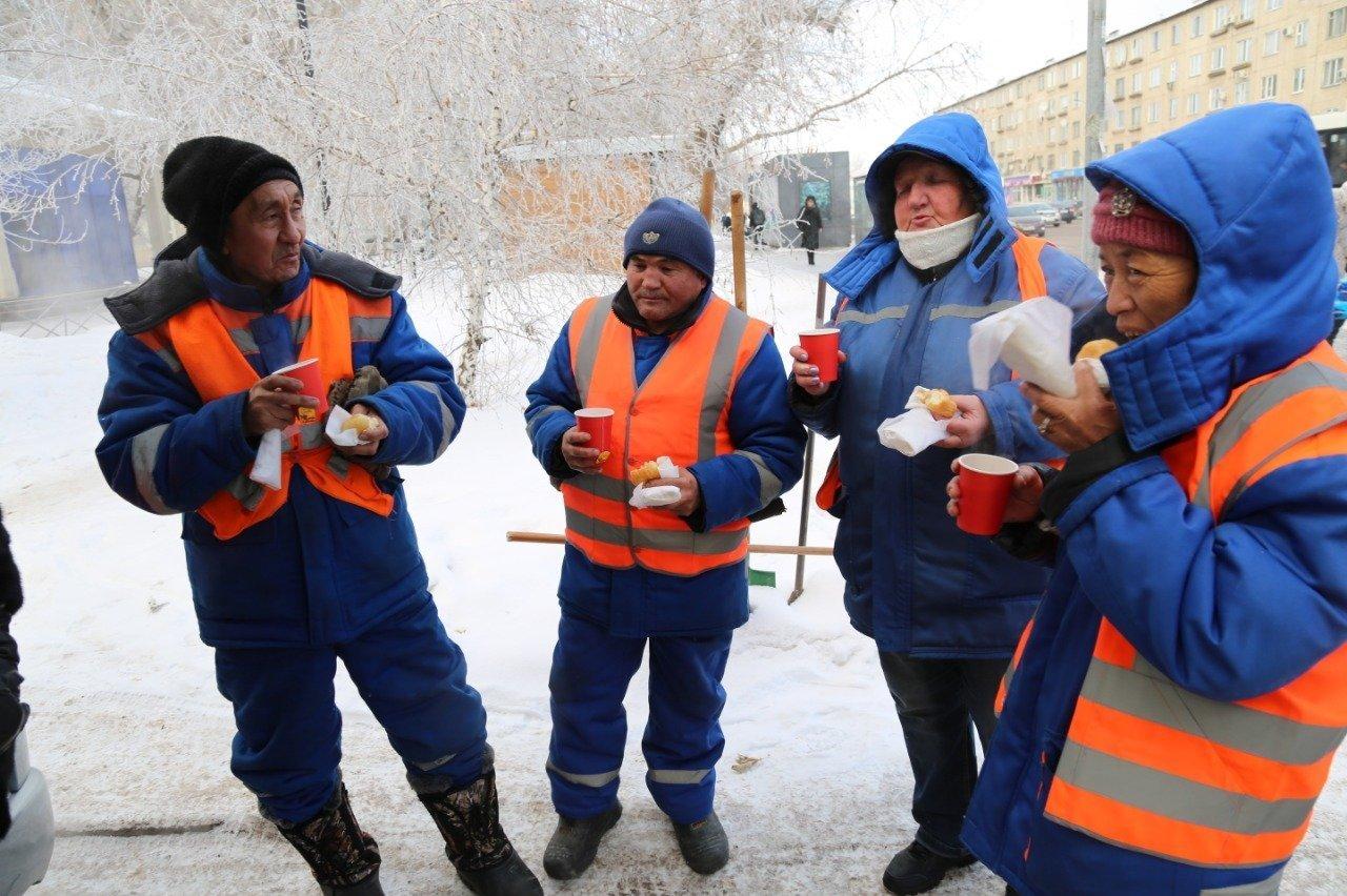 Молодежь согрела чаем коммунальщиков столицы