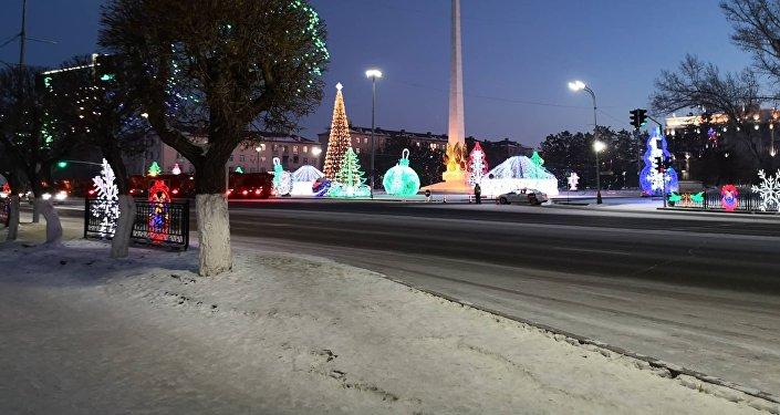 Полицейский автомобиль на площади у акимата Карагандинской области
