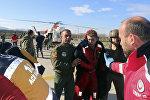 Медики помогают членам экипажа судна, затонувшего у берегов Турции
