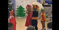 Упрямый кокошник: смешная девочка на новогоднем утреннике - видео