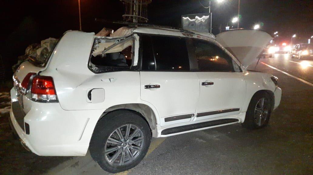Әл-Фараби көшесінің бойында жол апатына түскен Toyota Land Cruiser 200