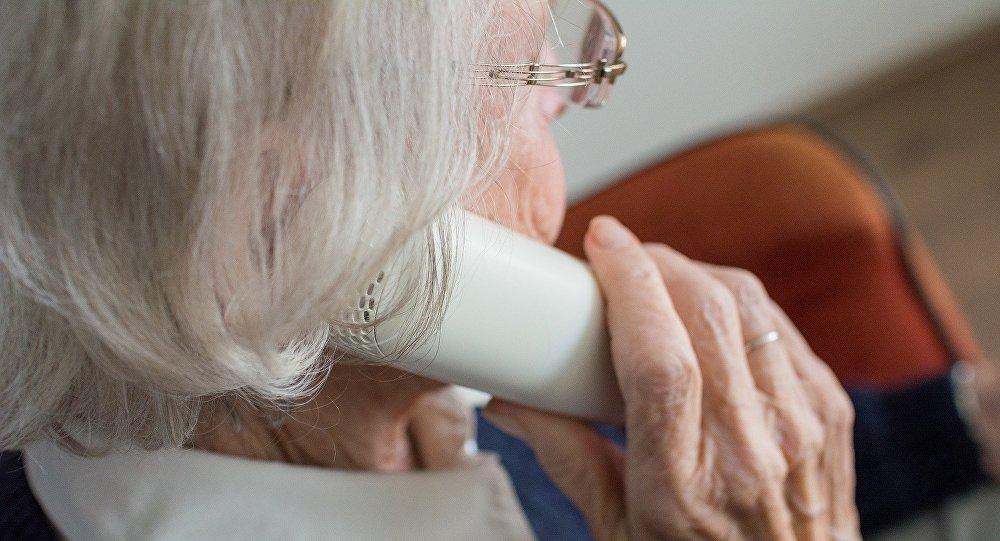 Пожилая женщина говорит по телефону, иллюстративное фото