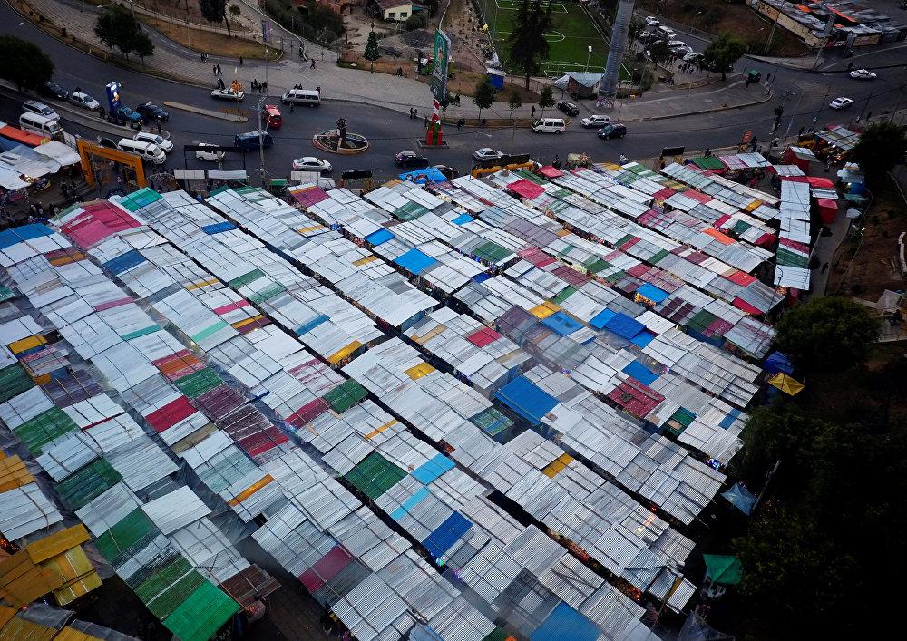 Вид на рождественскую ярмарку в Ла-Пасе, Боливия