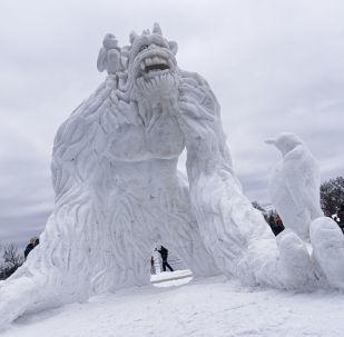 Снежная скульптура йети в Миннесоте