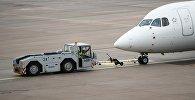 Самолет в аэропорту, архивное фото