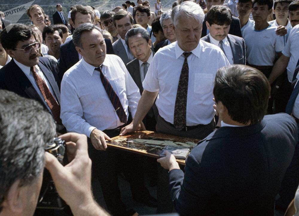 Борис Ельцин во время посещения спорткомплекса Медео