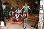 Кузнец из Аргентины смастерил велосипед с инвалидной коляской