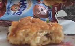 Скриншот видео с червями в кексе Барни