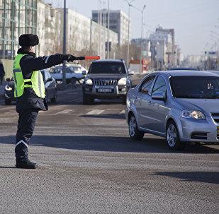 Архивное фото регулировщика на дороге