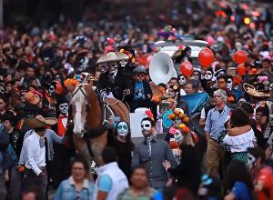 Разрисованные под черепа лица и яркие наряды на параде мертвецов в Мехико