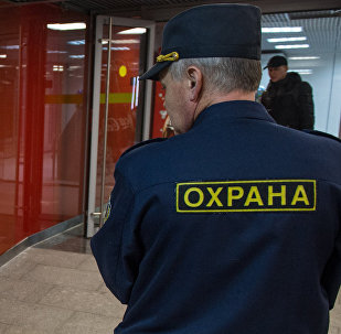 Архивное фото сотрудника службы безопасности