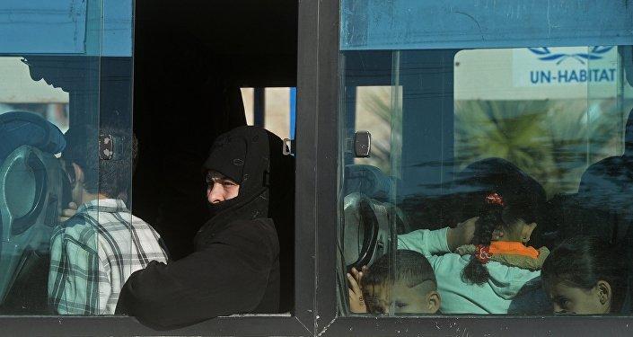 Архивное фото женщины в общественном транспорте в сирийском городе Алеппо