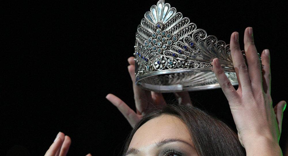 Архивное фото тиары, вручаемой победительнице конкурса красоты