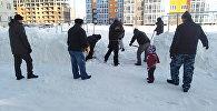 Жители Уральска во дворе одного из микрорайонов города