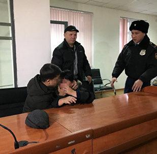Подсудимый с матерью после оглашения приговора