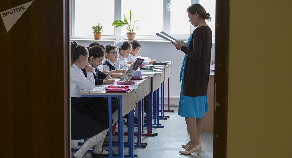 Учитель на уроке с учениками