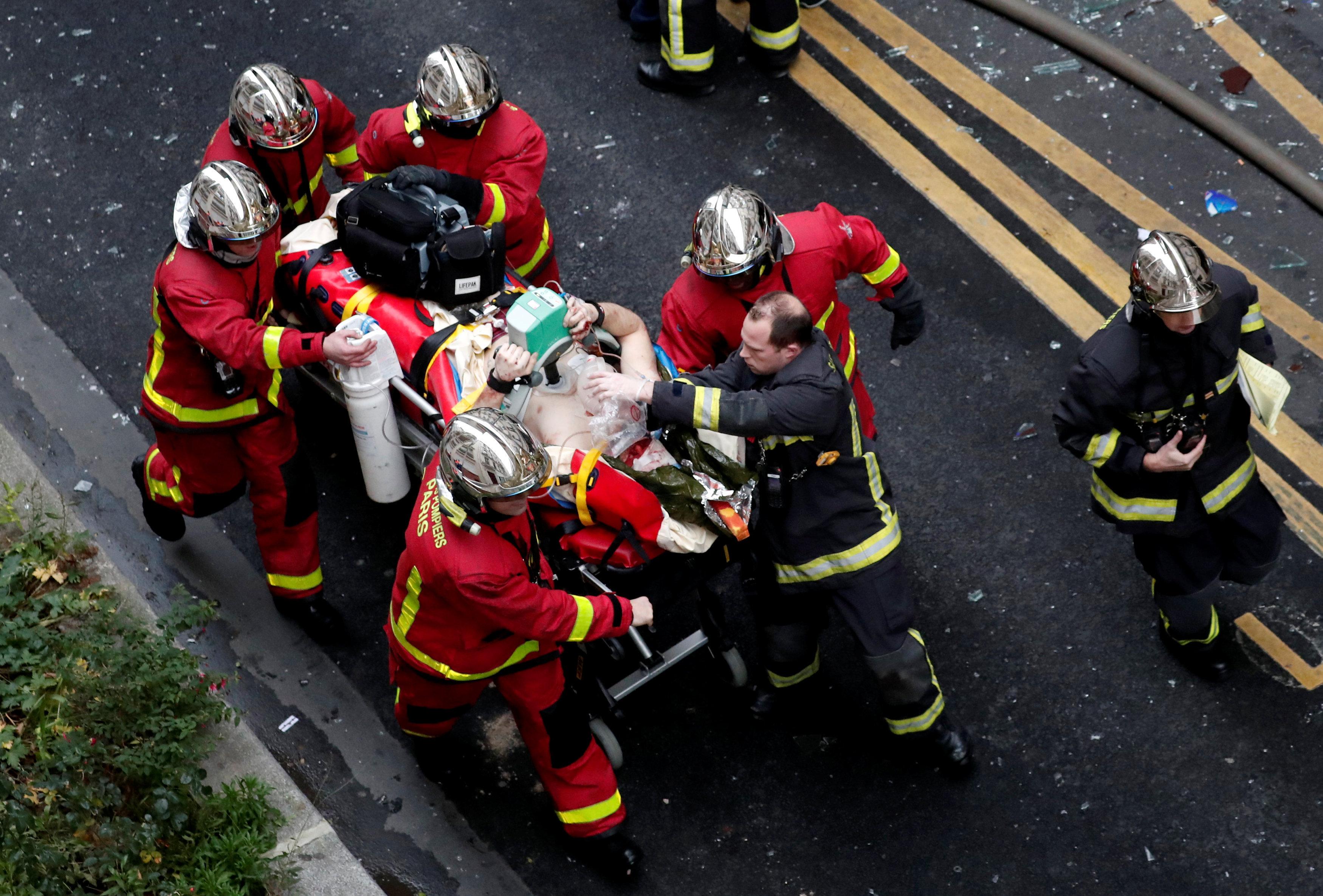 Пожарные на месте взрыва в Париже